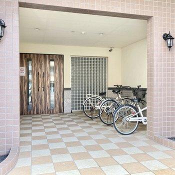 自転車置き場はエントランス前に。