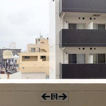西側の眺望は都会な印象。高い建物がたくさん見えます。