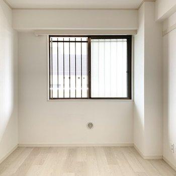 【西側洋室】シンプルな内装でいろんな家具がマッチします。