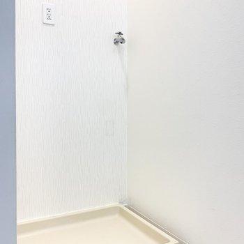 洗濯機置き場は洗面台の反対側にあります。