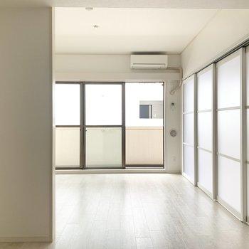 【LDK】リビングは約13帖。大きな家具を置いてもゆとりがあります。