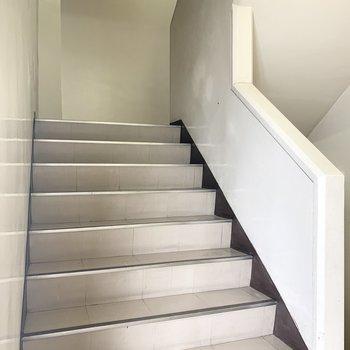 階段は幅があり緩やかでした。
