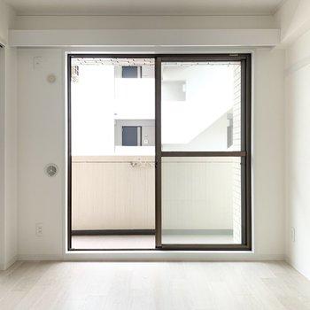【東側洋室】白を基調とした明るい内装です。