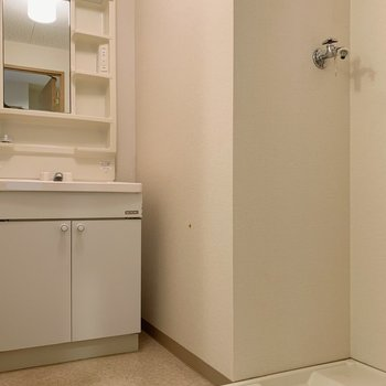同じ脱衣所スペースに洗濯機置き場もあります。