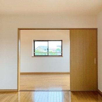 キッチンのあるお部屋から洋室をみると、こんな感じ。勿論、ここは仕切れます◎