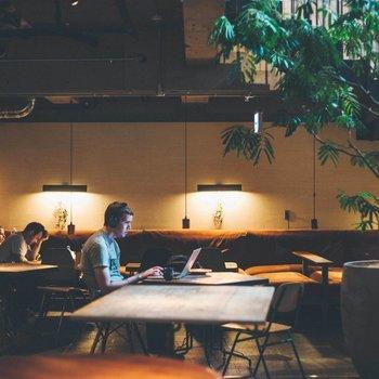 【共用部】個々が自分の作業に集中できそうな雰囲気です。