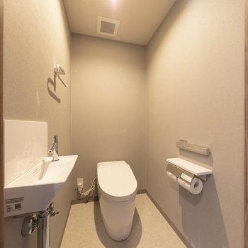 トイレは個室タイプ。もちろん温水洗浄便座付きです。