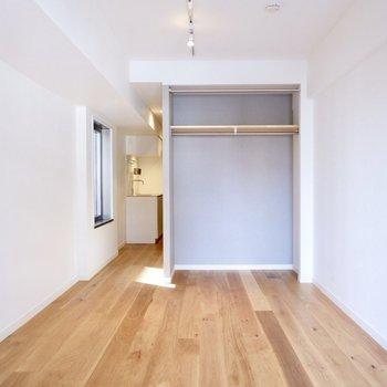 キッチンとの扉がない分、空間が奥に抜けますね。