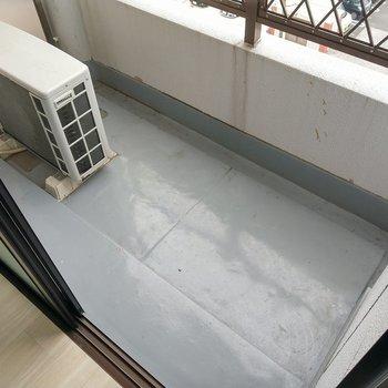バルコニーは洗濯物干すなら十分の広さ(※写真は6階の同間取り別部屋のものです)