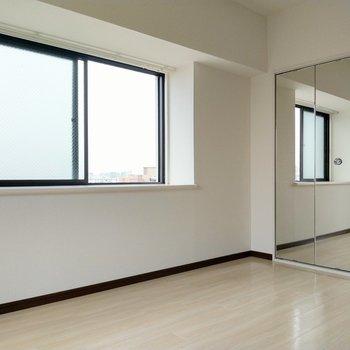 出窓前のスペースしっかりあるので、小物とか飾れそう(※写真は6階の同間取り別部屋のものです)