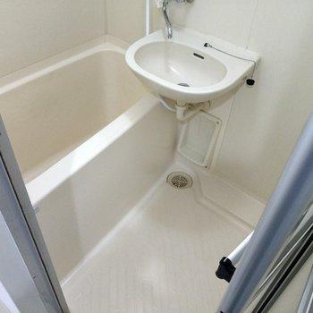 お風呂は1人なら十分の広さかな(※写真は6階の同間取り別部屋のものです)