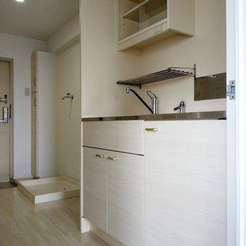キッチンの淡い木目と金の取手もかわいい(※写真は6階の同間取り別部屋のものです)