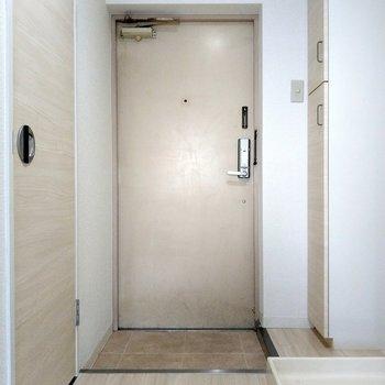玄関前は広々スペースで出入りしやすい◎(※写真は6階の同間取り別部屋のものです)