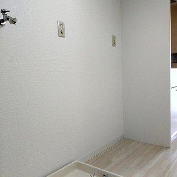 キッチン横には冷蔵庫と洗濯機が置けます!(※写真は6階の同間取り別部屋のものです)