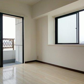 角部屋で2面窓。南西向きです!(※写真は6階の同間取り別部屋のものです)