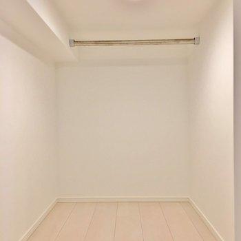 ロフトの奥に洋服をかけられるスペースが。(※写真は1階の反転間取り別部屋のものです)