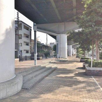 お部屋の前は阪神高速。きれいに整備されています。