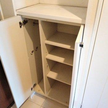 シューズボックスは少し小さめ。上にも物が置けます!(※写真は9階の反転間取り別部屋のものです)
