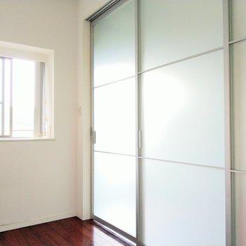 扉をしめるとこんな感じ。コンパクトだけど、引き戸が透けてるからそんなに気にならない!(※写真は9階の反転間取り別部屋のものです)