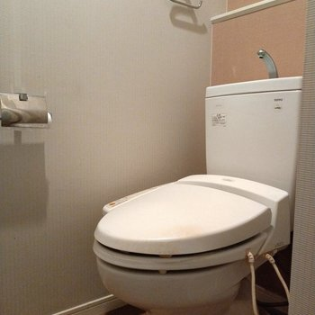 ウォシュレット付きのトイレ。落ち着いたピンクがキレイ♬(※写真は9階の反転間取り別部屋のものです)