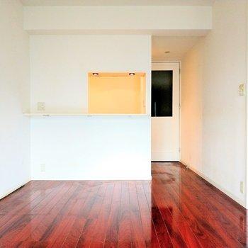 白い壁に赤茶色の床が映えます◎(※写真は9階の反転間取り別部屋のものです)