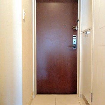 玄関も赤茶色で統一されていてオシャレ!(※写真は9階の反転間取り別部屋のものです)