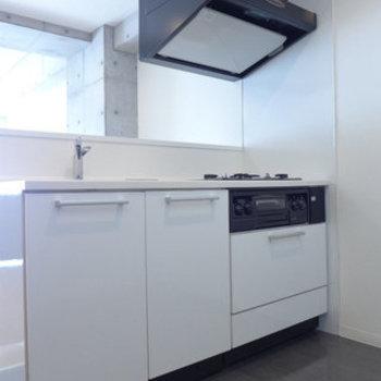 システムキッチンは白!goodです!(※写真は4階の同間取り別部屋のものです)