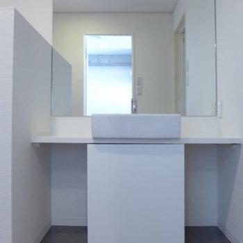 洗面台もシンプルで素敵。(※写真は4階の同間取り別部屋のものです)