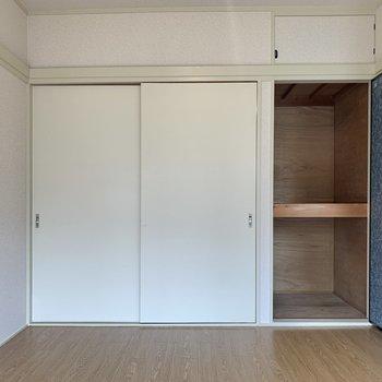 【バルコニー側洋室】収納は押し入れタイプでした。突っ張り棒でクローゼットにすることもできますよ!
