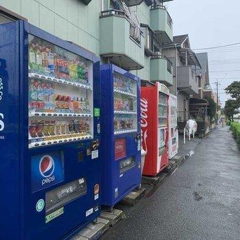 建物敷地内に自販機がありました。喉乾いたけどコンビニまで行くのもなあ、ってときに重宝します。