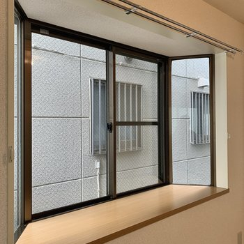 出窓からの眺望も見ておきましょうか。これはキッチンの出窓です。