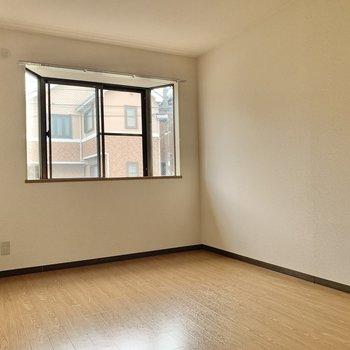【出窓側洋室】DKとつながっていないので落ち着く寝室にできそう。
