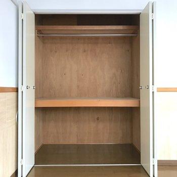 上段にはハンガーパイプの付いた収納スペース。※写真は3階の同間取り別部屋のものです