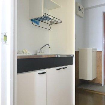 キッチンは1口のガスコンロ式。作業スペースもあります。※写真は3階の同間取り別部屋のものです