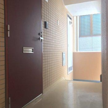 ワインレッドの玄関ドアが可愛いですね。