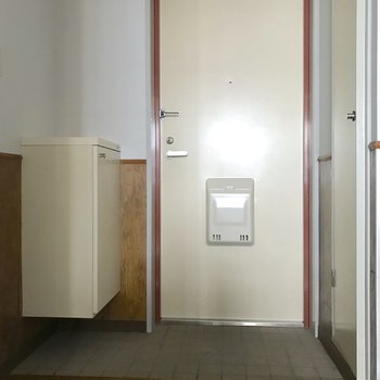 玄関にはシューズボックスが2箇所。※写真は3階の同間取り別部屋のものです