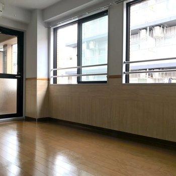 1面が窓でよく日が入ります。※写真は3階の同間取り別部屋のものです