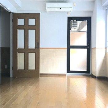 オレンジと白のコントラストが爽やかな壁紙です。※写真は3階の同間取り別部屋のものです