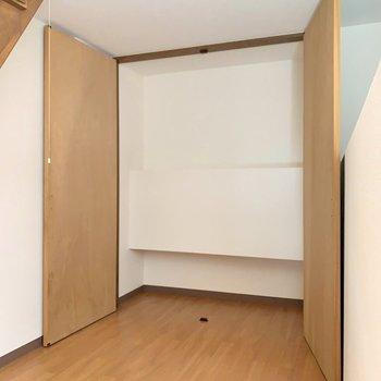 【洋室2】収納大きい!奥行きは狭めです。(※写真は7階の同間取り別部屋のものです)
