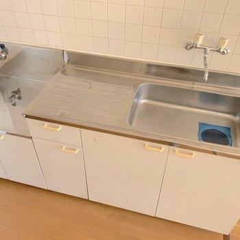 キッチンはゆとりあり◎ コンロは持ち込みとなります。(※写真は7階の同間取り別部屋のものです)