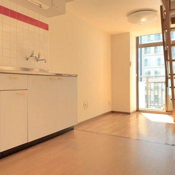 【LDK】キッチンの赤のライン、あれ、とてもきゅんポイントだな〜。。(※写真は7階の同間取り別部屋のものです)