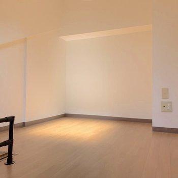 【洋室3】おお〜!やっぱり、ここのお家は壁デザインが素敵なんだな。(※写真は7階の同間取り別部屋のものです)