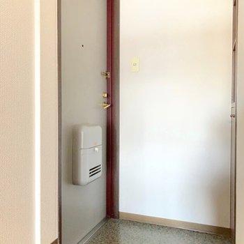 玄関はひとつ、段差があります。(※写真は7階の同間取り別部屋のものです)