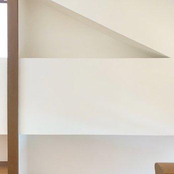 【洋室1】洋室と洋室の仕切り付近。三角の壁、キュートです。(※写真は7階の同間取り別部屋のものです)