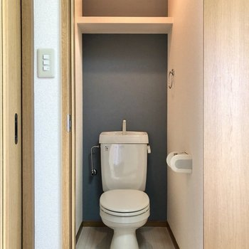トイレには上部収納も付いています。