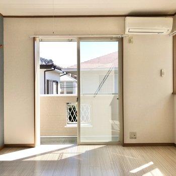 窓から暖かい光が差し込みます。