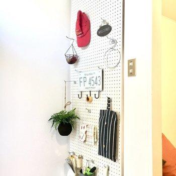 玄関にも有孔ボードがあります。こちらに棚を付けて靴の収納にしてもいいですね◎
