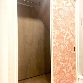 1階洋室は階段下収納になっています。