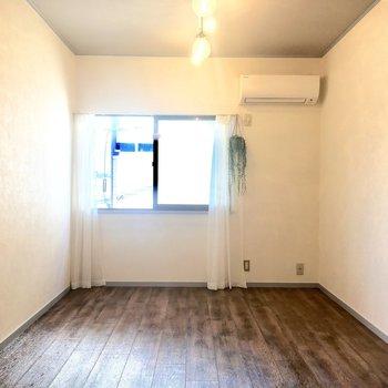 真っ白な壁で開放的な気分に。西向きの小窓があります。