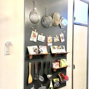 キッチン背面にはグレーの有孔ボード。